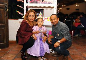15082017 CUMPLE TRES AñOS.  Isabela con sus papás, Paulina y Baldemar.