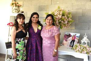 15082017 POR CASARSE.  Liliana Montoya Luna con las organizadoras de su despedida, su mamá, Zapopan Luna Mireles, y su suegra, Marisol Aguilera Medrano. Liliana se casará con Israel de la Cruz Aguilera.