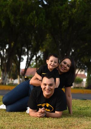 16082017 EN FAMILIA.  Santi con sus papás, Claudia y Javier.