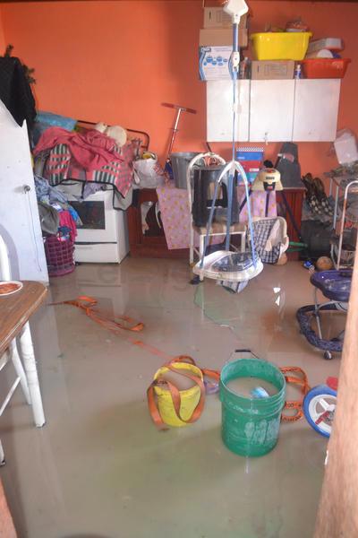 Las viviendas amanecieron bajo el agua; las familias recuperaron lo que podían.