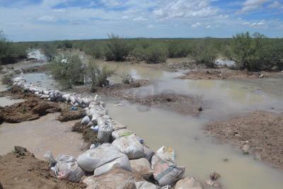 El bordo que protege a Ceballos del arroyo colapsó por la corriente de la intensa lluvia.