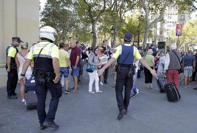 Los policías trataron de contener a los horrorizados ciudadanos y turistas.