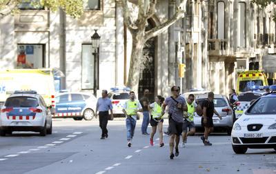Una furgoneta atropelló a varias personas en las Ramblas, una de las calles más turísticas de la ciudad.