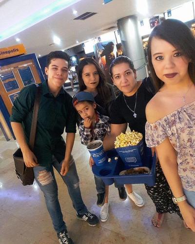 17082017 Familia Flores.