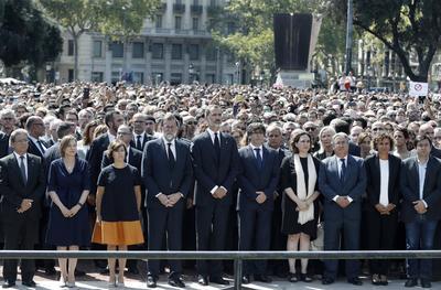 El monarca llegó acompañado por el jefe del gobierno español, Mariano Rajoy; el presidente de la Generalitat de Cataluña, Carles Puigdemont; la presidenta del Parlamento catalán, Carme Forcadell, y la alcaldesa de Barcelona, Ada Colau.