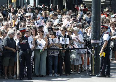 """Ciudadanos, turistas y curiosos, guardaron un minuto de silencio que ha terminado con largos aplausos y un grito de """"no tengo miedo"""", por los atentados de La Rambla de Barcelona y de Cambrils ocurridos ayer."""