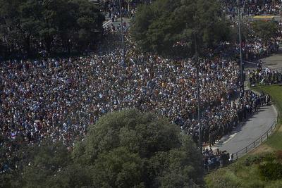 La Plaza de Cataluña, donde inician Las Ramblas de la capital catalana (noreste de España), reunió a miles de personas que se sumaron al homenaje que las autoridades dedicaron por las víctimas, donde se ofreció una imagen de unidad política.