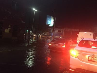 Sobre el bulevar Independencia la circulación se vio disminuida debido a que el agua alcanzó el metro de altura.