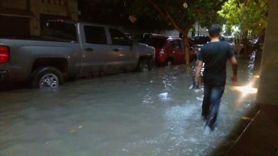 En la zona centro de la ciudad el agua de lluvia y alcantarillado se metió a los negocios.