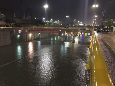 El paso a desnivel del kilómetro 1140 de Gómez Palacio fue cerrado debido a que se inundó.