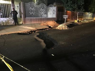 Encargados de dependencias municipales de Gómez Palacio señalaron que de acuerdo con las primeras inspecciones, esto se debió a un reacomodo de la tierra, ocasionado por la humedad de la fuerte lluvia que se registró desde la noche del viernes.