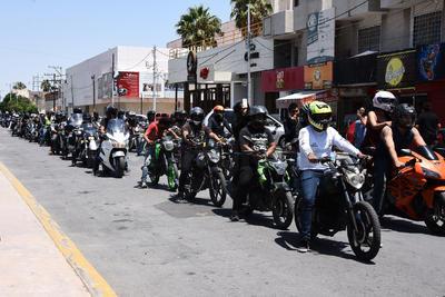 Desde la Plaza Mayor los motociclistas partieron a la rodada por La Laguna.