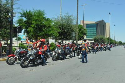 Además de recordar éste y otros percances que han cobrado la vida de algunos motociclistas, con esta campaña buscan crear consciencia tanto en la persona que va abordo de la moto como de los automovilistas.