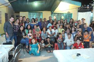 21082017 CELEBRA UN AñO MáS DE VIDA.  Linda Argüelles con sus hijos, nietos y bisnietos.