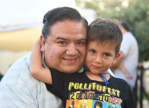 20082017 DE FIESTA.  José Eduardo con su tío, Jesús.