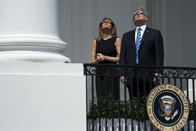 El propio presidente estadounidense, Donald Trump, y su esposa, Melania, se asomaron hoy al balcón del segundo piso de la Casa Blanca para ver el eclipse total de sol.