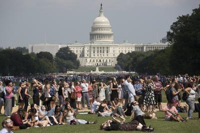 Estadounidenses se congregaron en diversos puntos de sus ciudades para ver el eclipse.