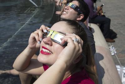 En los últimos días se han ido agotando las existencias de gafas especiales para su visualización, ya que las autoridades han insistido en alertar de que observarlo de manera frontal y con lentes no adecuadas puede causar daños irreparables para la vista.