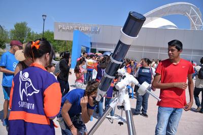 En el área exterior también hubo telescopios.