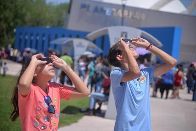 Torreoneneses disfrutaron del eclipse en el Planetarium.