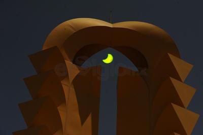 Así lució el eclipse con la Puerta de Torreón de fondo.