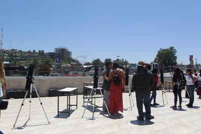 Personal del museo interactivo apoyaron durante el desarrollo del eclipse para que asistentes pudieran ver el espectáculo.