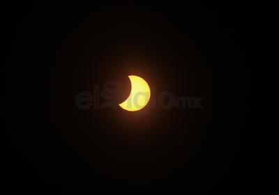 """La luna """"se comió"""" una parte del sol."""