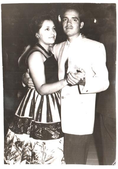 23082017 El Sr. José Luis Rosales Carrillo (f) y su entonces novia Sra. Ma. Estela González García (f) en una fiesta patria en septiembre de 1961.