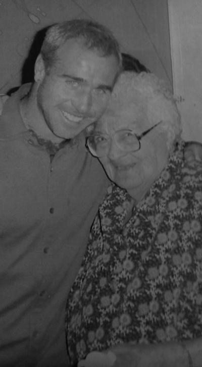 23082017 Sra. Ma. de la Luz Cisneros de Díaz de León (f) celebrando su 90 aniversario, acompañada de Pony Ruiz.