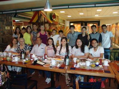 24082017 María Luisa Avendaño con su esposo, hijas, yernos y nietos.