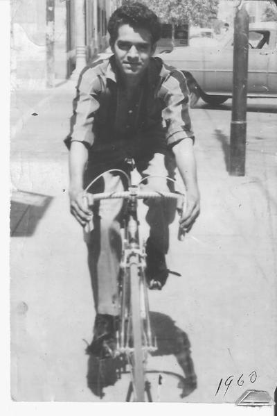 24082017 El Sr. José Luis Rosales Carrillo (f) paseando por las calles de Torreón con su primer bicicleta en 1960.