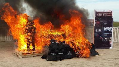 Las autoridades de los tres niveles de gobierno participaron en la destrucció de 110 piezas de equipo y uniformes apócrifos.