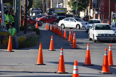 Con ayuda de conos que se distribuyeron para dar más espacio a los peatones, además de ampliar las banquetas, los vehículos se vieron obligados a conducir a baja velocidad y con precaución.