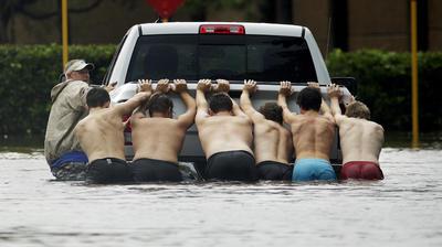El Centro Nacional de Predicción Meteorológica del Servicio Nacional del Clima está pronosticando entre 40 y 60 centímetros más de lluvias adicionales sobre la costa media y alta de Texas, incluyendo el área de Houston, durante los próximos días, con cantidades aisladas que posiblemente alcancen los 85 centímetros.