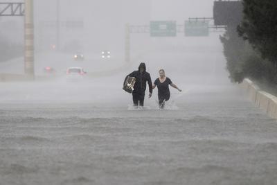 Los dos aeropuertos de Houston están cerrados.