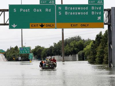Turner dijo en rueda de prensa que se tenían registrados la mañana de este domingo más de 700 informes de estructuras inundadas con la policía de Houston y los bomberos respondiendo a más de dos mil llamadas de rescate.