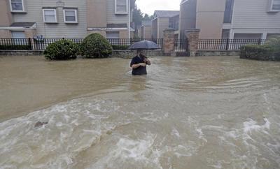 El alcalde de Houston, Sylvester Turner, anunció que se abrirán centros de multiservicio, en las bibliotecas públicas y en el Centro de Convenciones George R. Brown, para que sirvan de refugios a los cientos de personas que están siendo obligadas a abandonar sus hogares debido a las inundaciones.