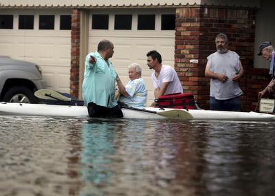 Las autoridades solicitaron a los residentes de Houston llamar al 911 solo en los casos verdaderamente urgentes, cuando sientan que sus vidas están en peligro.