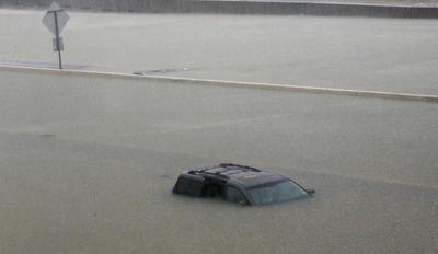 El sistema de respuestas a emergencias 911 de Houston se saturó con cientos de llamadas de personas que necesitan ser rescatadas, al inundarse sus casas.