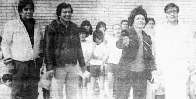 """27082017 César Marina Miravalle (f), Mtros. Cipriano Martínez (f), Ana Ma. Ramírez (f) y Arturo Lozoya, haciendo el saque inagural del Torneo Olímpico de Volibol en la Esc. Primaria """"Año de Juárez"""" en 1968."""