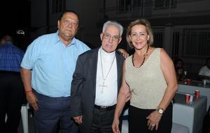28082017 FELIZ CUMPLEAñOS.  Señor Obispo José Guadalupe Galván, César y Rocío Villalobos.