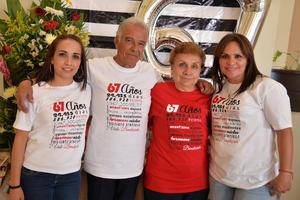 28082017 DE FIESTA.  María Estela Aguilera acompañada de Estela, Carlos y Diana.