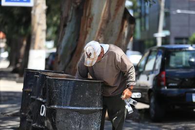 De manera constante, es posible encontrar adultos mayores buscando material entre la basura.