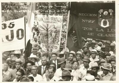 """29082017 Representando a la organización """"Cámara del Trabajo de Torreón"""", con Pablo Mejía Moreno al frente (dentro de un círculo), en una magna manifestación el 1 de mayo de 1932 en la Ciudad de México."""