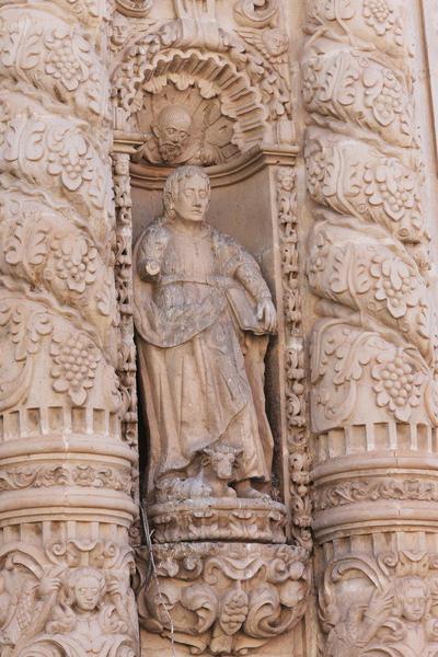 Feligreses y demás visitantes de la Catedral, miran con preocupación el deterioro de la pintura artística.