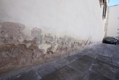 Los daños también se notan en el exterior y tienen exactamente el mismo origen: la humedad.