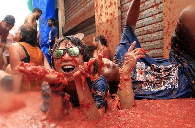 El evento se celebra en una región donde se cultivan tomates, inspirado por una guerra de comida entre niños locales en 1945.