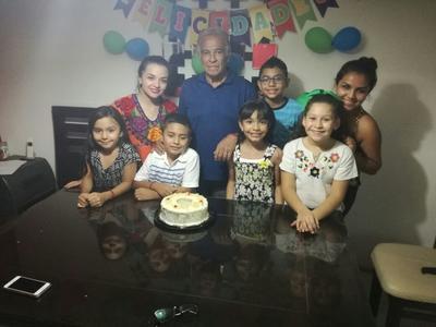 31082017 Carlos con sus nietos.