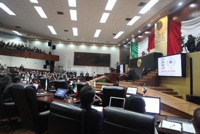 Después se procedió a una sesión de preguntas y respuestas por lo que el acto protocolario se prolongó por cuatro horas y 40 minutos tiempo en el que se cuestionó al mandatario estatal.