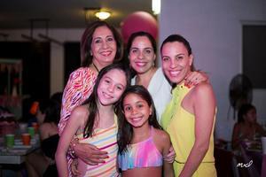 Con su abuelita, Carmen, su mamá, Valeria, su tía, Maricarmen, y su prima, Roberta